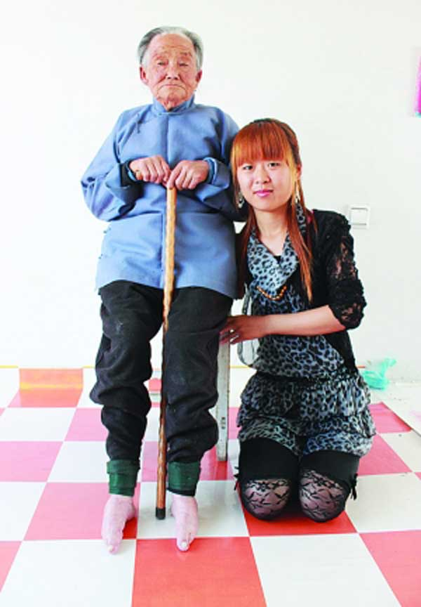 anciana de pies vendados
