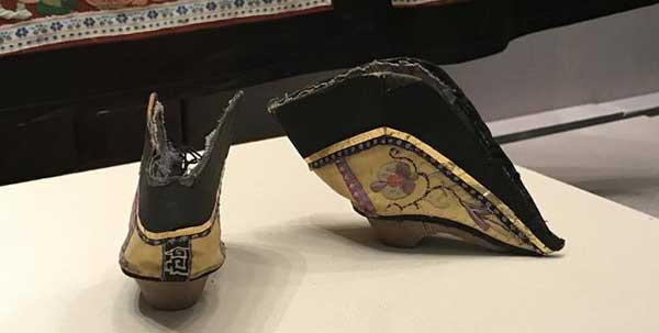mujeres envolvieron sus pies en la antigüedad