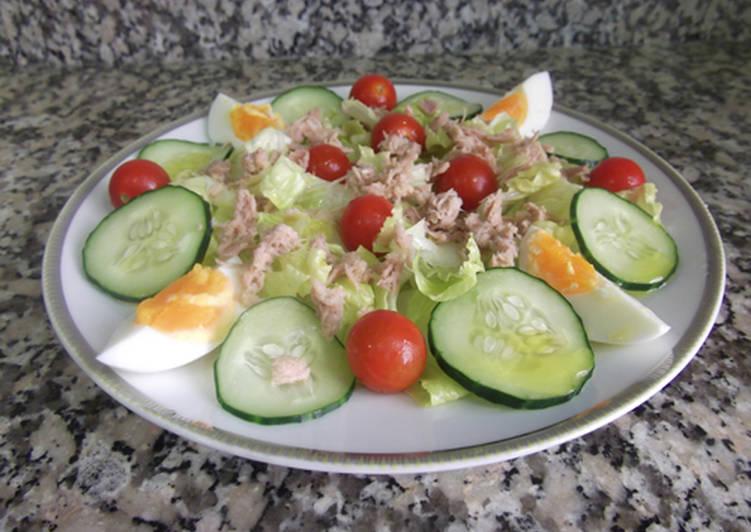 Sopa de pepinos nutritivos y huevo en conserva